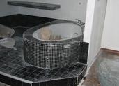 אמבטיה בציפוי פסיפס שחור