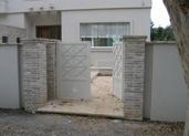 שער כניסה בציפוי עמודים מאבן בריק