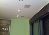 ספוטים ורמקולים על תקרה