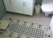שטיח מרוצף במקלחת