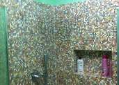 ציפוי פסיפס על קיר עם מדף פנימי