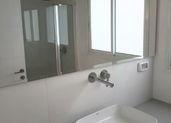 שיפוץ מקלחת עם כיור מונח