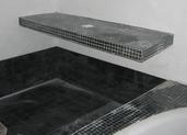 רצפת אמבטיה ומעל מדף לכיור רחצה בציפוי פסיפס
